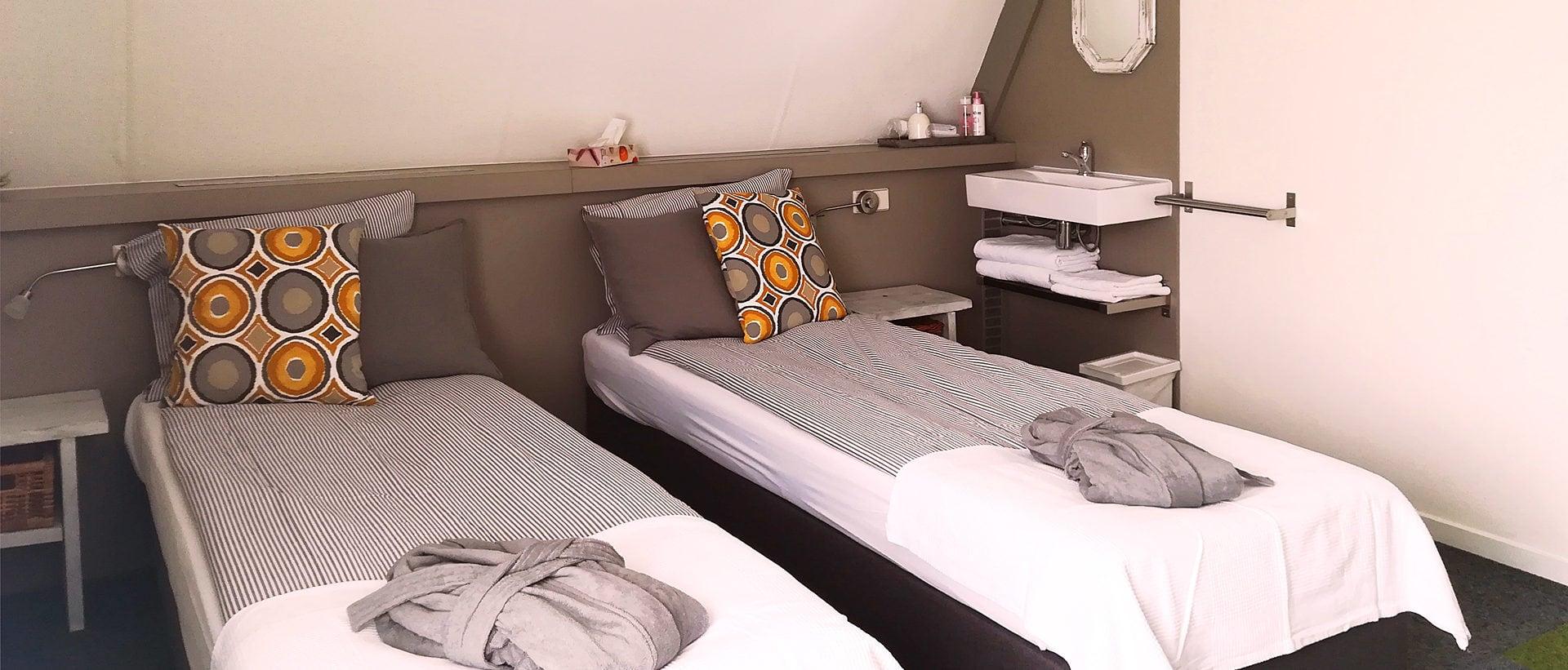 Dutch B&B in Rhenen, quiet double room with practical seating