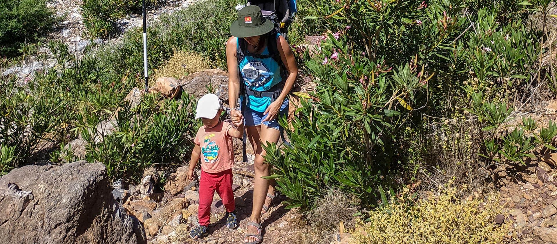 Πεζοπορία με μικρό παιδί, η μαμά με το παιδί περπατάνε