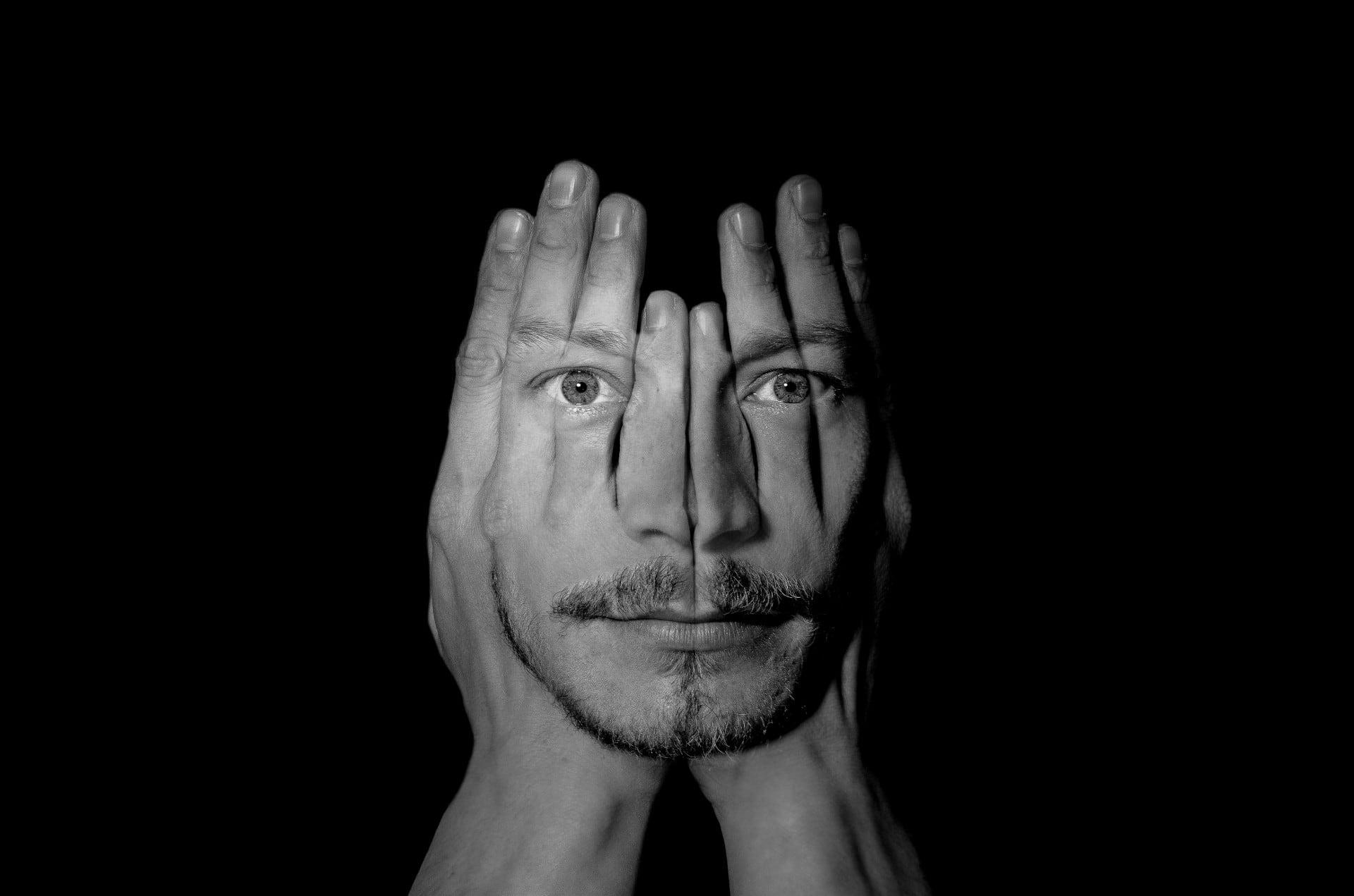 man-gezicht-in-handen