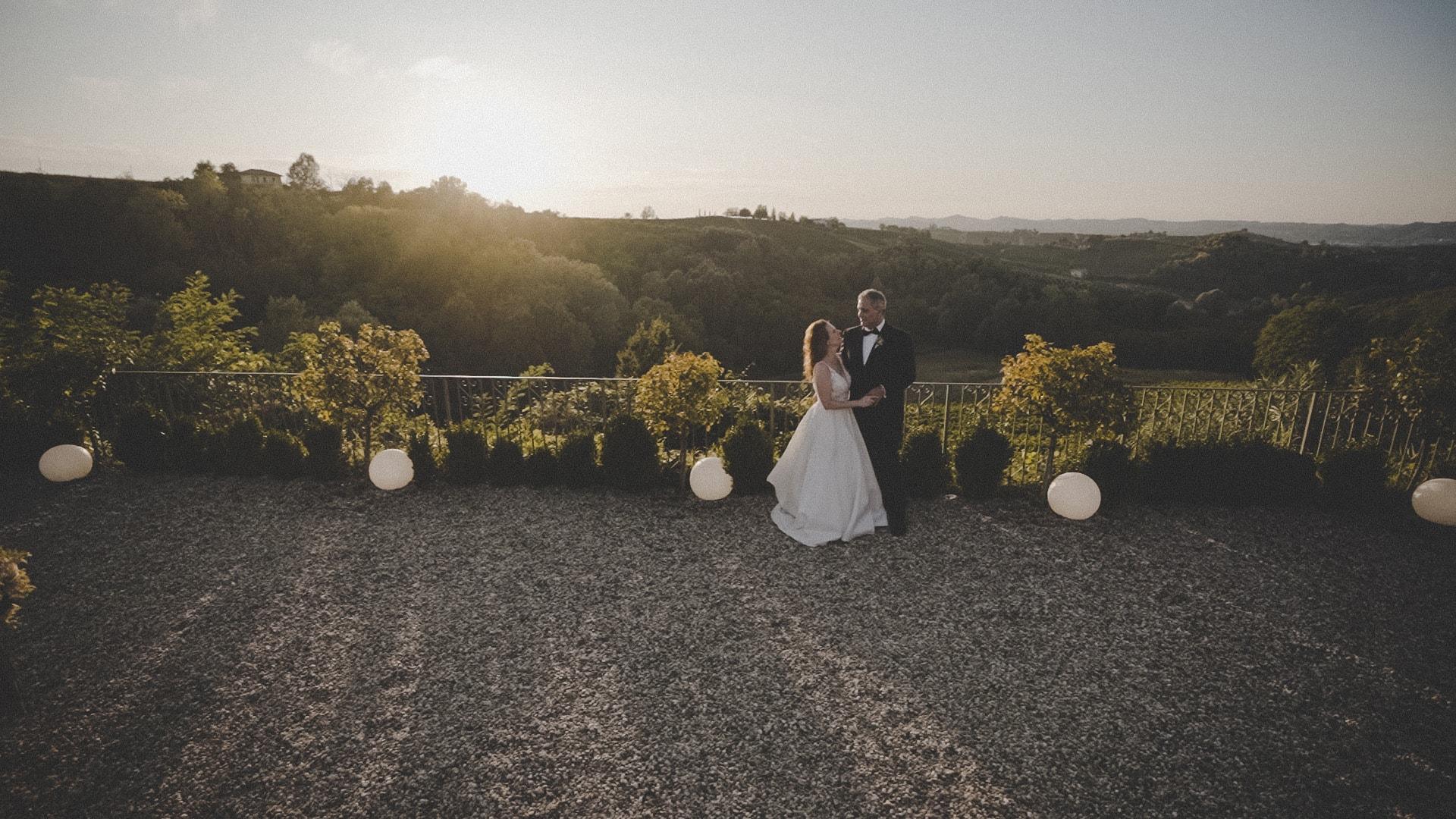 sposi al tramonto dopo la cerimonia