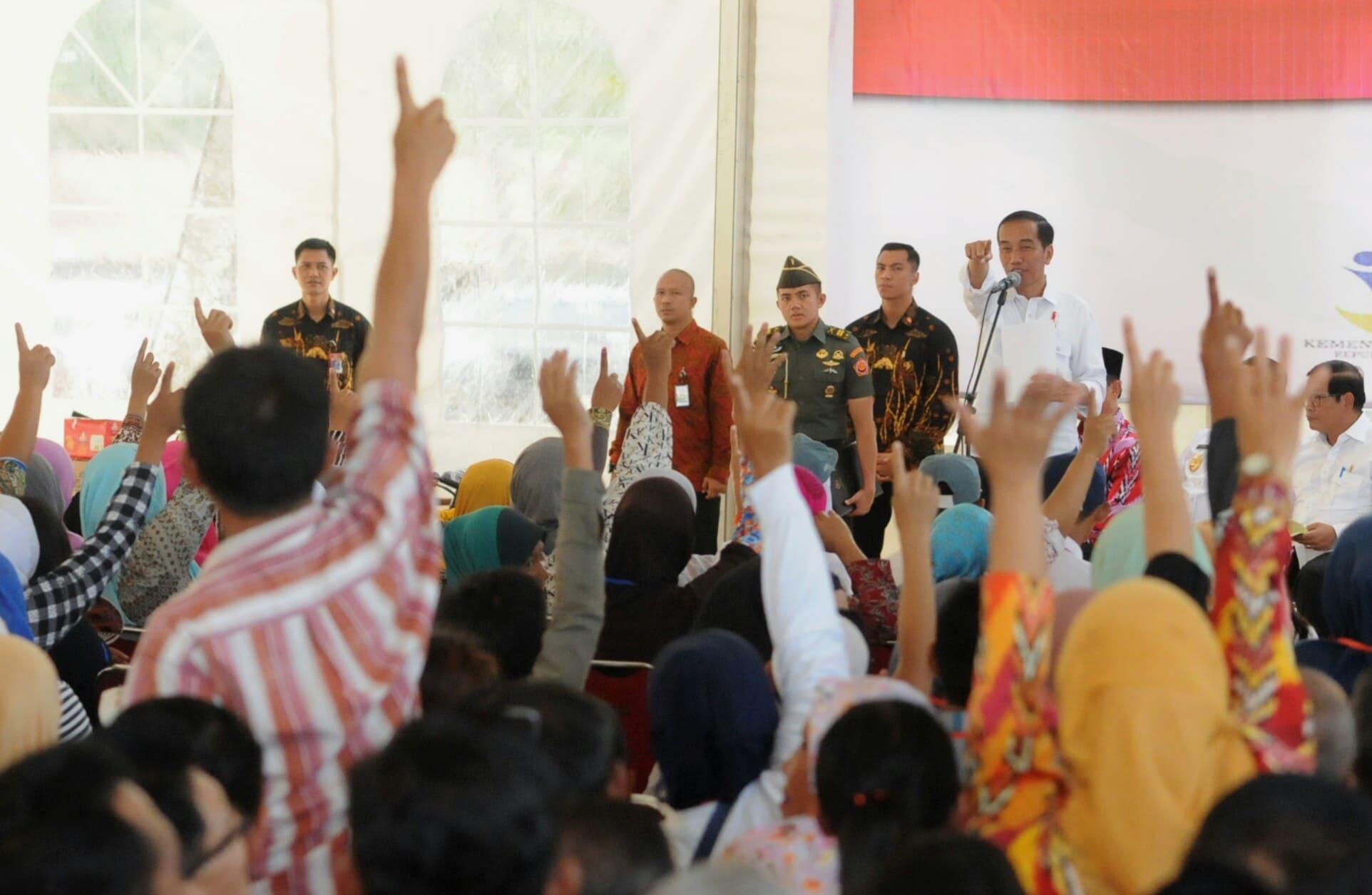 Presiden Jokowi saat bagikan KIS, KIP, PMT, dan PKH di kepada perwakilan warga di Desa Sungai Kunyit, Kecamatan Mempawah Hilir, Kabupaten Mempawah, Kalimantan Barat, Sabtu (18/3). (Foto: Humas/Rahmat)