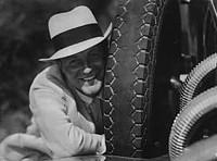 Willy Fritsch mit einem Autoreifen