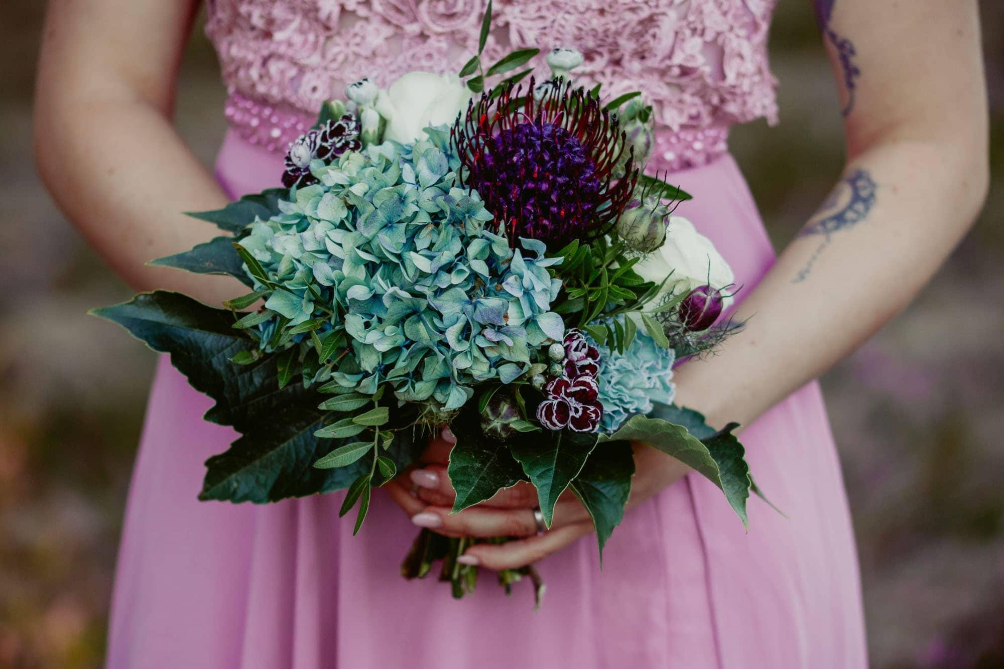 Detailaufnahme violetter Brautstrauss