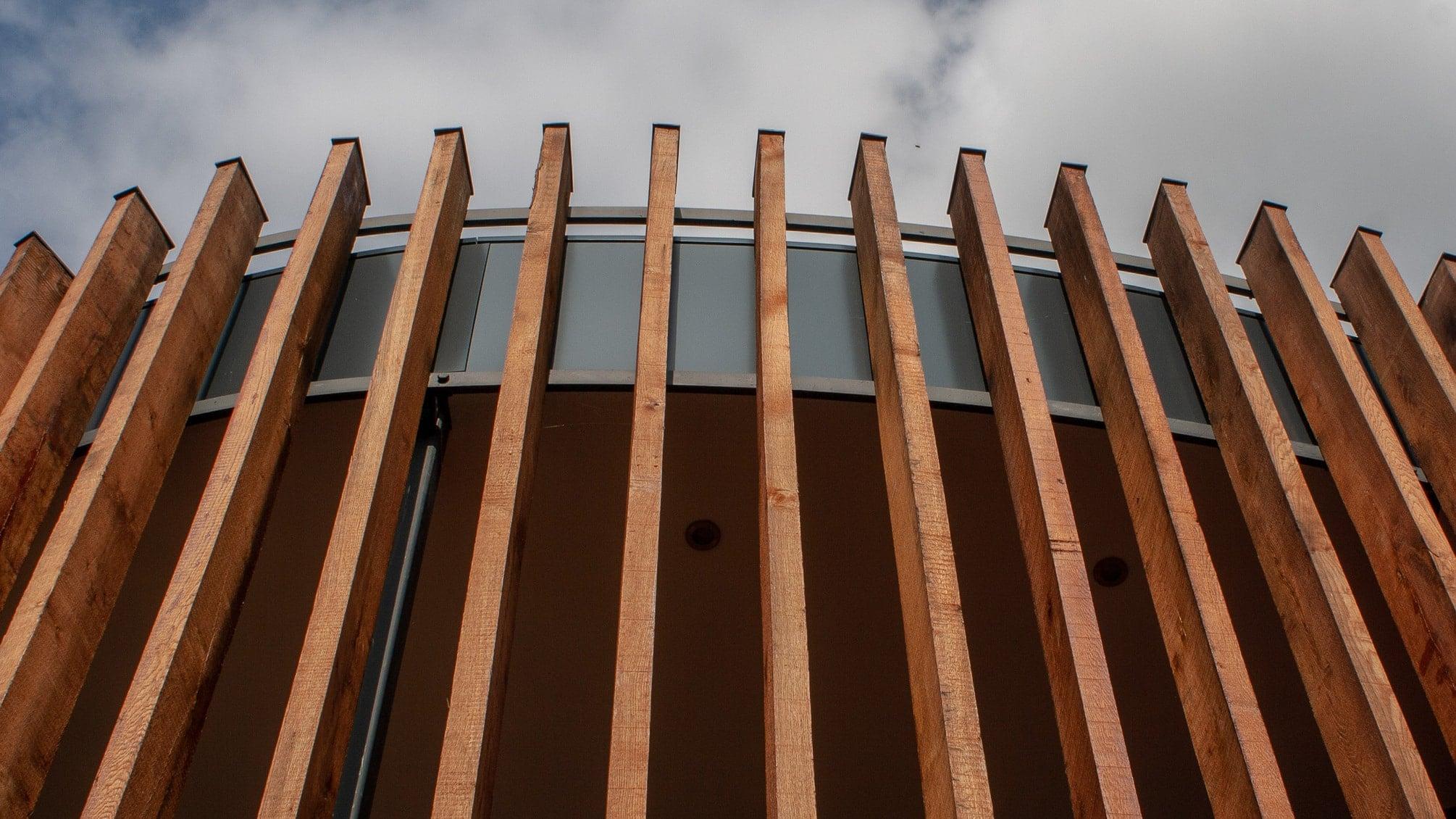 Fassadenverkleidung der Vinothek Regnery