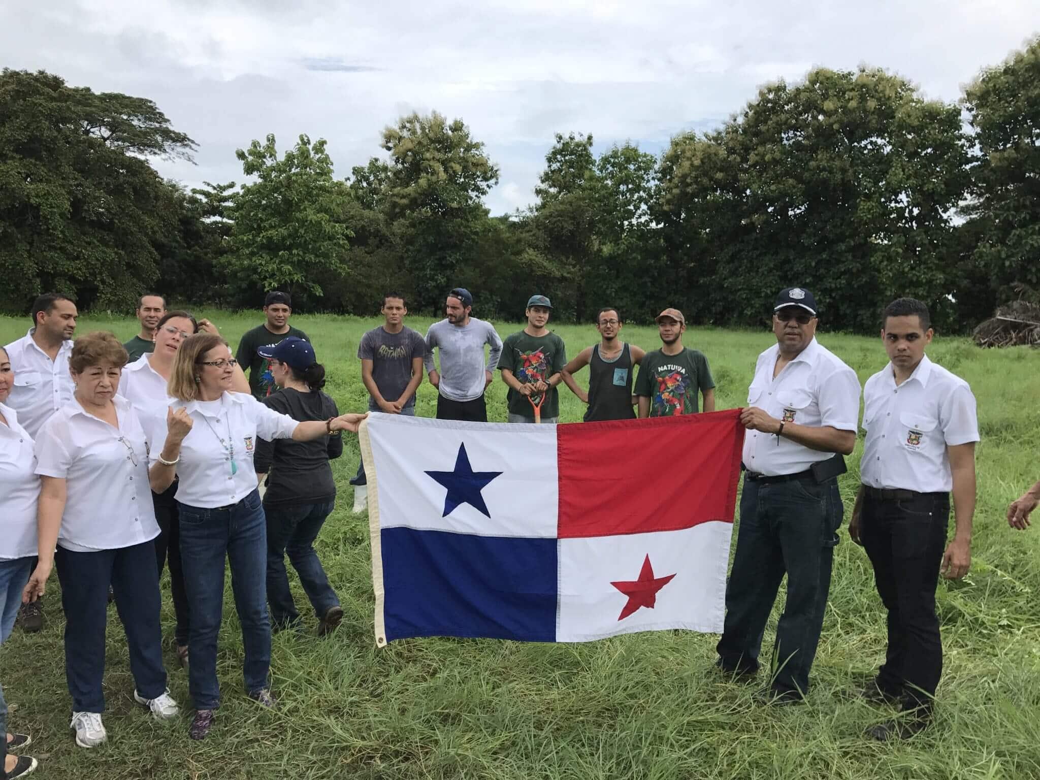 Embajada de Panamá dona árboles a NATUWA.
