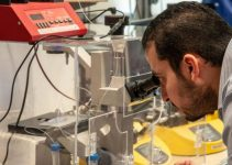 Mohamed Gamal uses a newly developed cell encapsulation device.
