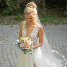 Begeisterte Braut nach Brautstyling
