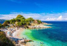 plażowicze na plaży na Korfu