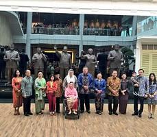 Presiden SBY didampingi Ibu Ani berpose bersama mantan Presiden BJ Habibie, dan kel. mantan Presiden RI, di depan patung 6 Presiden RI, Sabtu (18/10)