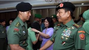 Danpaspampres Mayjen TNI Andika Perkasa menerima ucapan selamat dari Panglima TNI Jendral Moeldoko, Rabu (22/10)