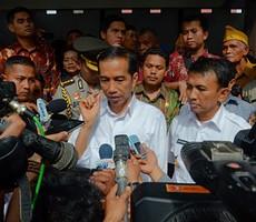 Presiden Jokowi menjawab pers di saat meninjau pengungsi Sinabung, Rabu (29/10)