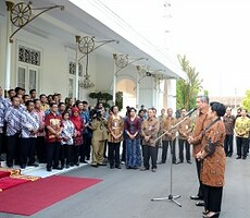 Presiden SBY dan Ibu Ani berpamitan dengan Staff Istana Jogyakarta, Kamis (16/10)