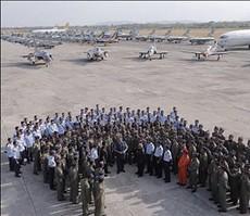 Preside SBY bersama penerbang TNI AU, di Lanud Iswahyudi, Madiun, Minggu (5/10)