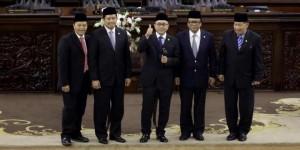 Ketua MPR-RI 2014-2019 Zulkifli Hasan (tengah) di atara Wakil Ketua MPR hasil voting, Rabu (8/10) pagi
