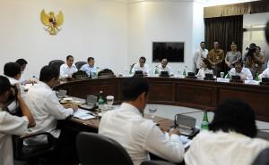 Presiden Jokowi memimpin ratas bidang ekonomi, di kantor Presiden, Jakarta, Kamis (30/10)