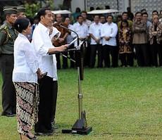 Presiden Jokowi didampingi Ibu Negara, Wapres Jusuf Kalla, saat mengumumkan nama-nama menteri, Minggu (26/10)