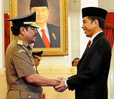 Presiden Joko Widodo memberikan ucapan selamat kepada HM. Prasetyo seusai dilantik sebagai Jaksa Agung, di Istana Negara, Kamis (20/11)