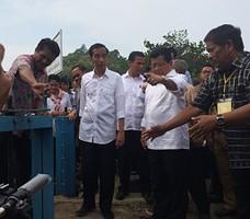 Presiden Jokowi dan Ibu Negara Iriana meninjau jaringan irigasi yang rusak di Mamuju, Sulbar, Kamis (6/11)