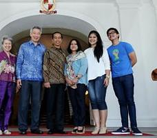 Presiden Jokowi dan keluarga saat diterima Presiden Singapura Lee Hsien Liong, di Singapura, Sabtu (22/11)