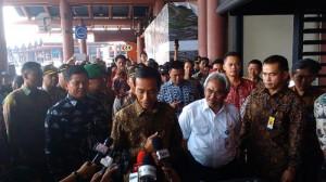 Presiden Jokowi saat tiba di Bandara Soekarno Hatta menjelang keberangkatannya ke Singapura, Jumat (21/11)