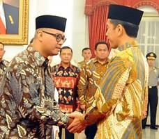 Presiden Joko Widodo memberikan ucapan selamat kepada Andi Wdjajanto seusai dilantik menjadi Seskab, Senin (3/11)