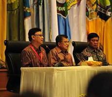 Wapres Jusuf Kalla didampingi Menko Polhukam dan Mendagri saat menutup Rakornas Kabinet Kerja, Selasa (4/11)