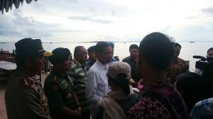 Presiden Jokowi memberikan keterangan pers terkait musibah AirAsia, di Sorong, Papua Barat, Minggu (28/12)