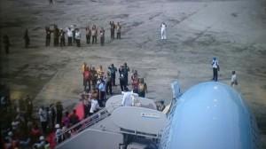 Presiden Jokowi dan Ibu Negara Iriana melambaikan tangannya kepada warga yang melepas kepergiannya di Pangkalan TNI AU, Biak, Papua Barat, Senin (29/12)