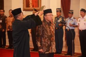 Politisi PPP Chozin Chumaidy diambil sumpah oleh Presiden Jokowi sebagai Dubes RI di Lebanon, di Istana Negara, Jakarta, Kamis (18/12)