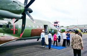 Presiden Jokowi dan Ibu Negara Iriana disambut Gubernur Kalsel Rudi Arifin saat tiba di Kalibaru, Senin (15/12)