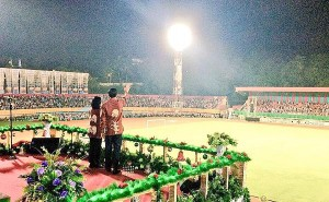 Presiden Jokowi didampingi Ibu Negara Iriana menyambut salam warga saat menghadiri Perayaan Natal Nasional, di Stadion Mandala, Jayapura, Sabtu (27/12) malam