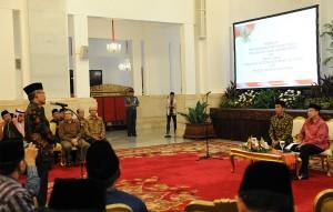Presiden Jokowi didampingi Menteri Agama Lukma Hakim Saefudin berdialog dengan rektor PTAIN, di Istana Negara, Jakarta, Jumat (19/12)