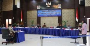 Wakil Ketua Komnas HAM Siane Indriani ikut mengakukan pertanyaan kepada Imam Anshori, saat seleksi wawancara calom Hakim MK, di Kemensetneg, Jakarta, Selasa (30/12)