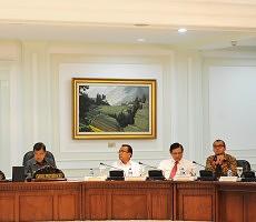 Presiden Jokowi memimpin sidang kabinet paripurna membahas APBN-P 2015, di kantor Presiden, Jakarta, Senin (19/1)