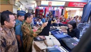 Presiden Jokowi mengunjungi salah satu stand, seusai membuka perdagangan di Pasar Tanah Abang, Jakarta, Jumat (2/1)