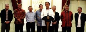 Presiden Jokowi menyampaikan keterangan pers bersama sejumlah tokoh, di Istana Merdeka, Jakarta, Minggu (25/1) malam