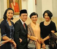 Triawan Munaf beserta istri dan kedua anaknya seusai dilantik menjadi Kepala Badan Ekonomi Kreatif, di Istana Negara, Senin (26/1)