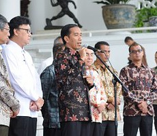 Presiden Jokowi memberikan keterangan pers seusai bertemu Bupati/Walikota se Sumatera, di Istana Bogor, Jabar, Kamis (22/1)