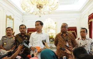 Presiden Jokowi didampingi Plt Ketua KPK, Jaksa Agung, Wakapolri, dan Mensesneg, menjawab wartawan seusai melakukan pertemuan tertutup, di Istana Merdeka, Jakarta, Rabu (25/2)