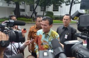 Bupati Kudus Musthofa menjawab wartawan seusai diundang Presiden Jokowi, ke Istana Merdeka, Jakarta, Selasa (3/2)