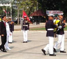 Presiden Jokowi didampingi Walikota Joseph Ejercito Estrada mengikuti upacara peletakan karangan bunga di Rizal Park Monumen, Manila, Senin (9/2)