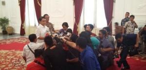 Menlu Retno Marsudi didampingi Dubes RI untuk Brasl Toto Riyanto memberikan keterangan kepada wartawan, di Istana Merdeka, Jakarta, Selasa (24/2)