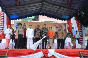 Presiden Jokowi didampingi Ibu Negara Iriana, Gubernur Jabar, dan Walikota Bogor, saat melepas peserta Pesta Rakyat Cap Go Meh, di Bogor, Kamis (5/3)