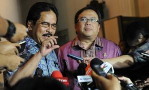 Menko Perekonomian Sofyan Jalil dan Menkeu Bambang Brodjonegoro menyampaikan perkembangan Paket Kebijakan Penguat Rupiah, di Istana Bogor, Jabar, Minggu (15/3)