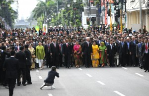 Prosesi historical walk KAA yang dipimpin langsung oleh Presiden Jokowi, di Jl. Asia Afrika, Bandung, Jumat (24/4)