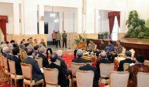 Presiden Jokowi didampingi sejumlah menteri menerima pengusaha Jepang, di Istana Negara, Jakarta, Rabu (8/4)