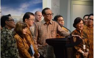 Para pengurus Kadin dipimpin ketuanya Suryo B. Sulistyo memberi keterangan pers usai diterima Presiden Jokowi, di kantor Presiden, Jakarta, Selasa (14/4)