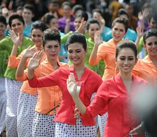 Mojang Bandung meramaikan prosesi historical walk KAA, di Bandung, Jumat (24/4) pagi