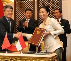 Presiden Jokowi dan Presiden RRT Xi Jinping menyaksikan penandatanganan MoU oleh Menteri BUMN dan Ketua Badan Perencanaan Pembangunan RRT, di JCC Jakarta, Rabu (22/4)