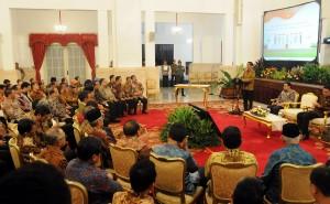 Presiden Jokowi memberikan sambutan pada eluncuran Program Transformasi, di Istana Negara, Jakarta, Selasa (26/5)